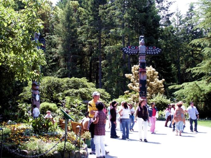 Totem_poles_butchart_garden
